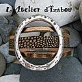 bracelet en cuir mordoré pourrait être le symbole par son anneau en métal martelé