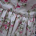 Robe GERMAINE en coton fleuri rose sur fond écru - Découpes princesse pour le haut, jupe froncée pour le bas - col et pied de col en coton écru - fermeture visible fushia dans le dos (6)