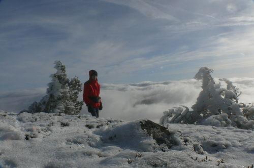 2008 11 20 Cyril Treveys au sommet du Mezenc devant une mer de nuages