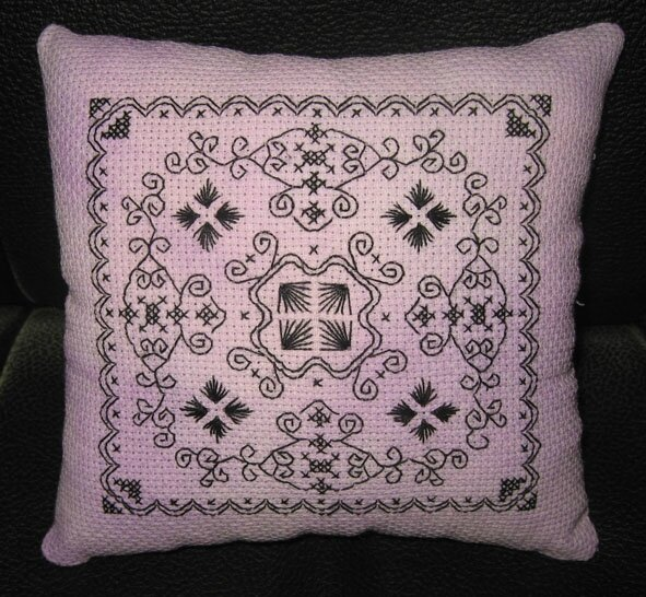 Coussinet blackwork 5
