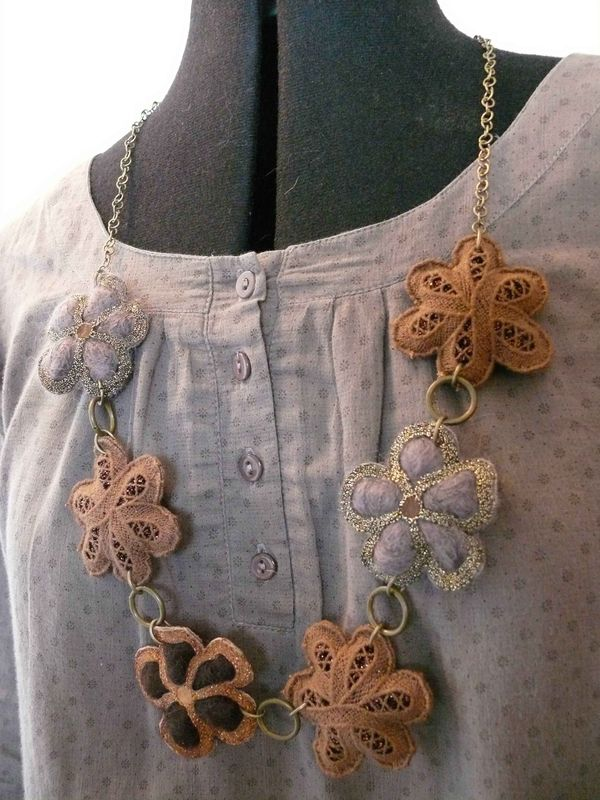 collier fleurs marron5