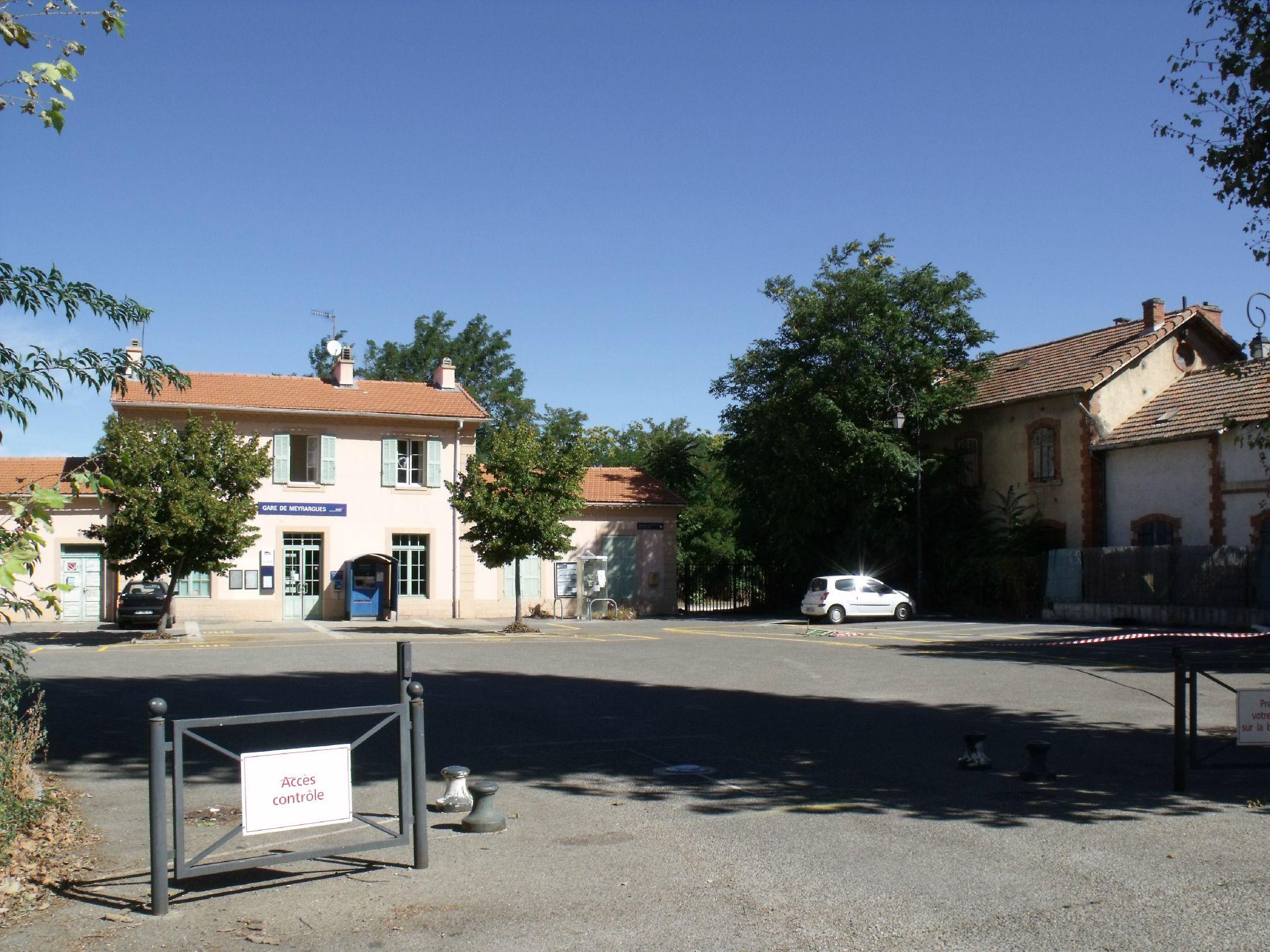 Meyrargues gare PLM + gare de la ligne à voie métrique des Chemins de Fer de Provence Meyrargues (Bouches-du-Rhône)