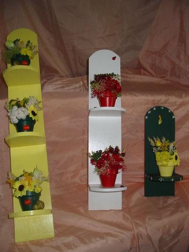 petites étagères décoratives avec pot en terre cuite