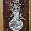 Vietnam. Panneau rectangulaire en <b>bois</b> <b>exotique</b> rehaussé d'incrustations de nacre à motif de vases fleuris. Ep. fin XIXè