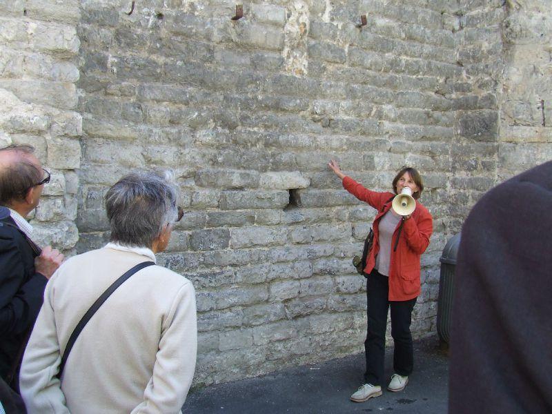 Françoise Galès devant un mur de N.D. de l'Espinasse