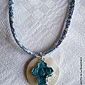 Collier Je Crois turquoise (sur ruban petites fleurs bleues fin)