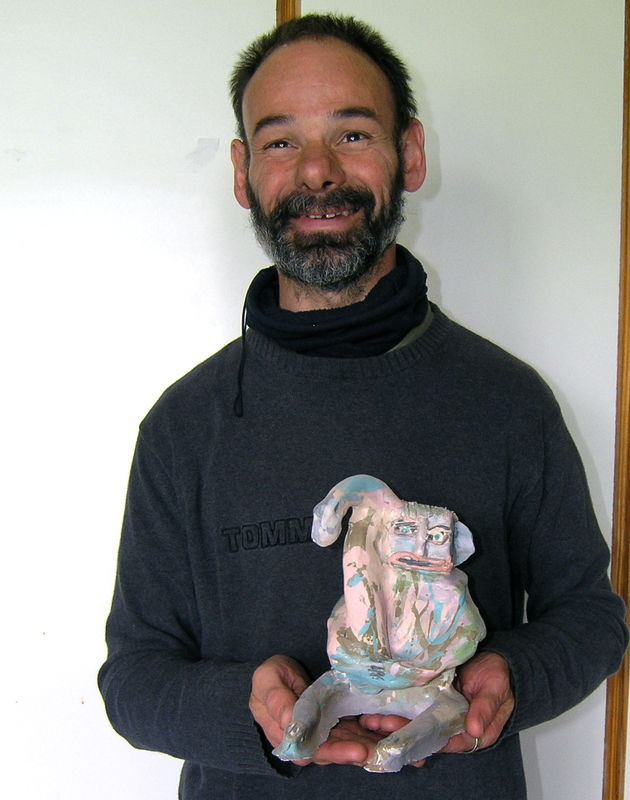 Dominique BOTTEMANE présentant une céramique de sa création