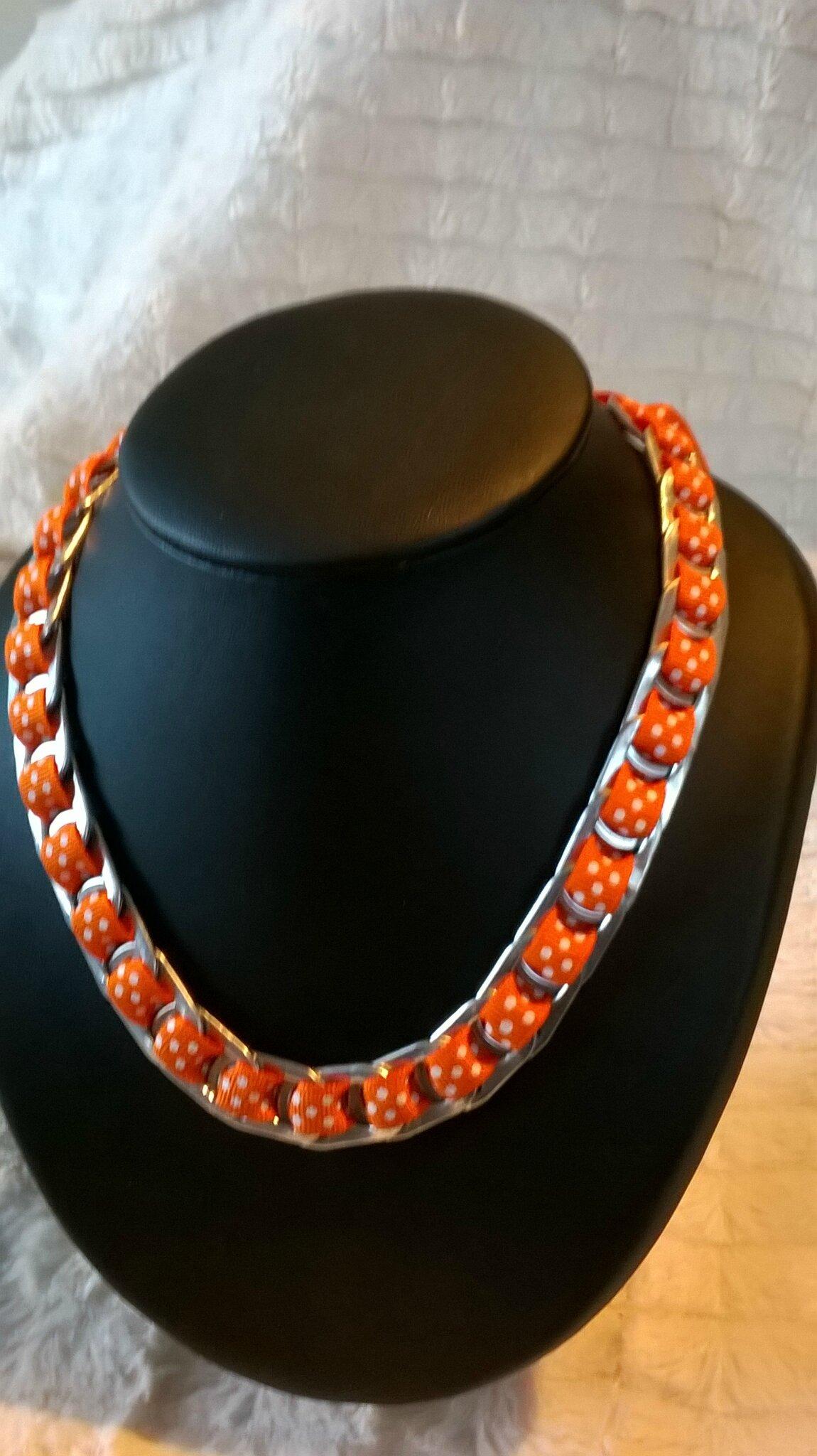collier ruban orange petits poids blancs