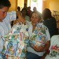 Kevin abre su regalo bajo la mirada de su abuelita