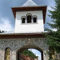58 Un monastère au passage
