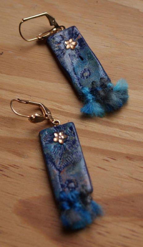 Boucles d'oreilles fleur bleue assorties : tout polymère, acrylique et laine
