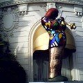 Musicien de Jazz Niki de Saint Phalle devant le NEGRESCO