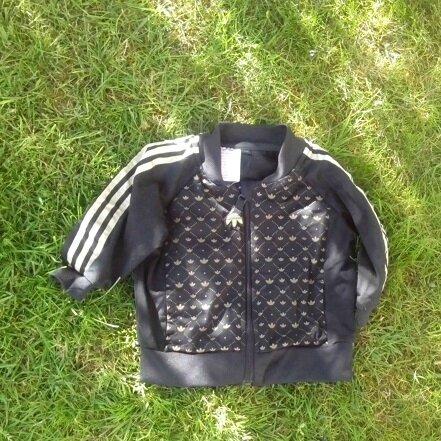 *Veste de survêtement Adidas noire et dorée, 1 an