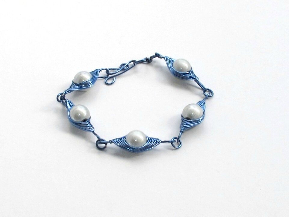 bracelet wire bleu perles blanches 3