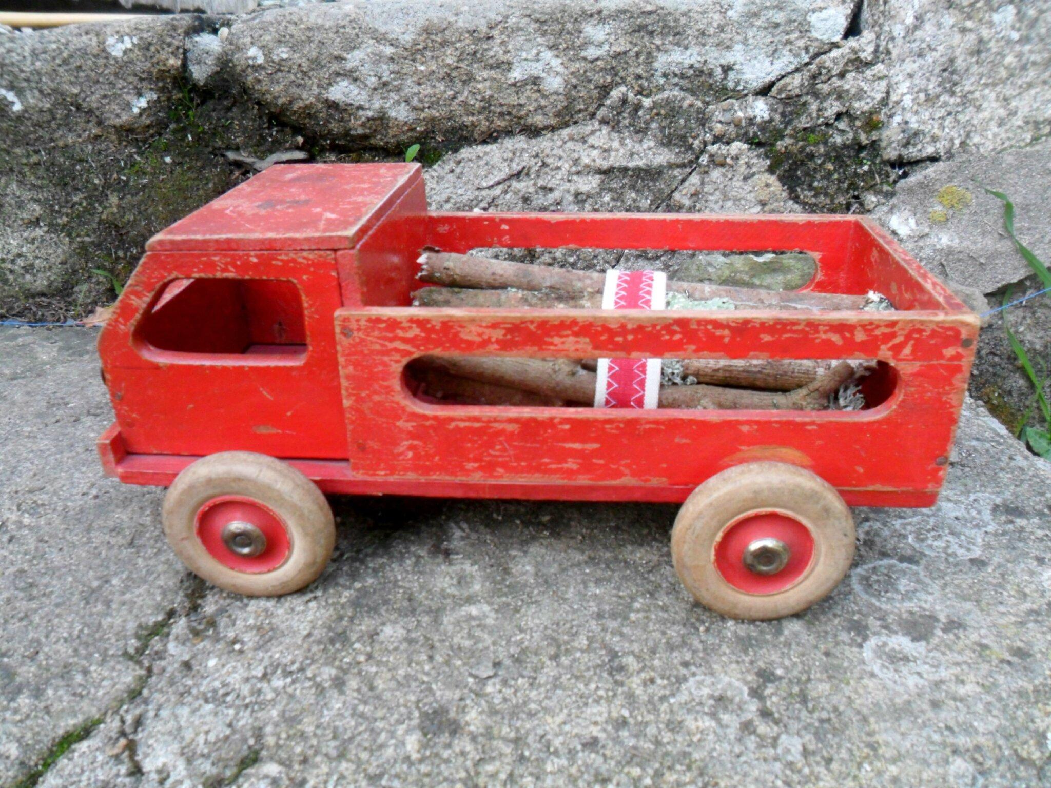 Petit camion benne vintage en bois avec son chargement de bois 35€ port compris