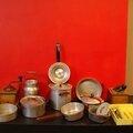 Une dînette ou une batterie de <b>cuisine</b> d'enfant... En alu et typiquement sixties ! Et deux petits moulins à café !