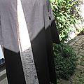 Robe ODETTE en lin noir et pli creux en lin brut imprimé (1)
