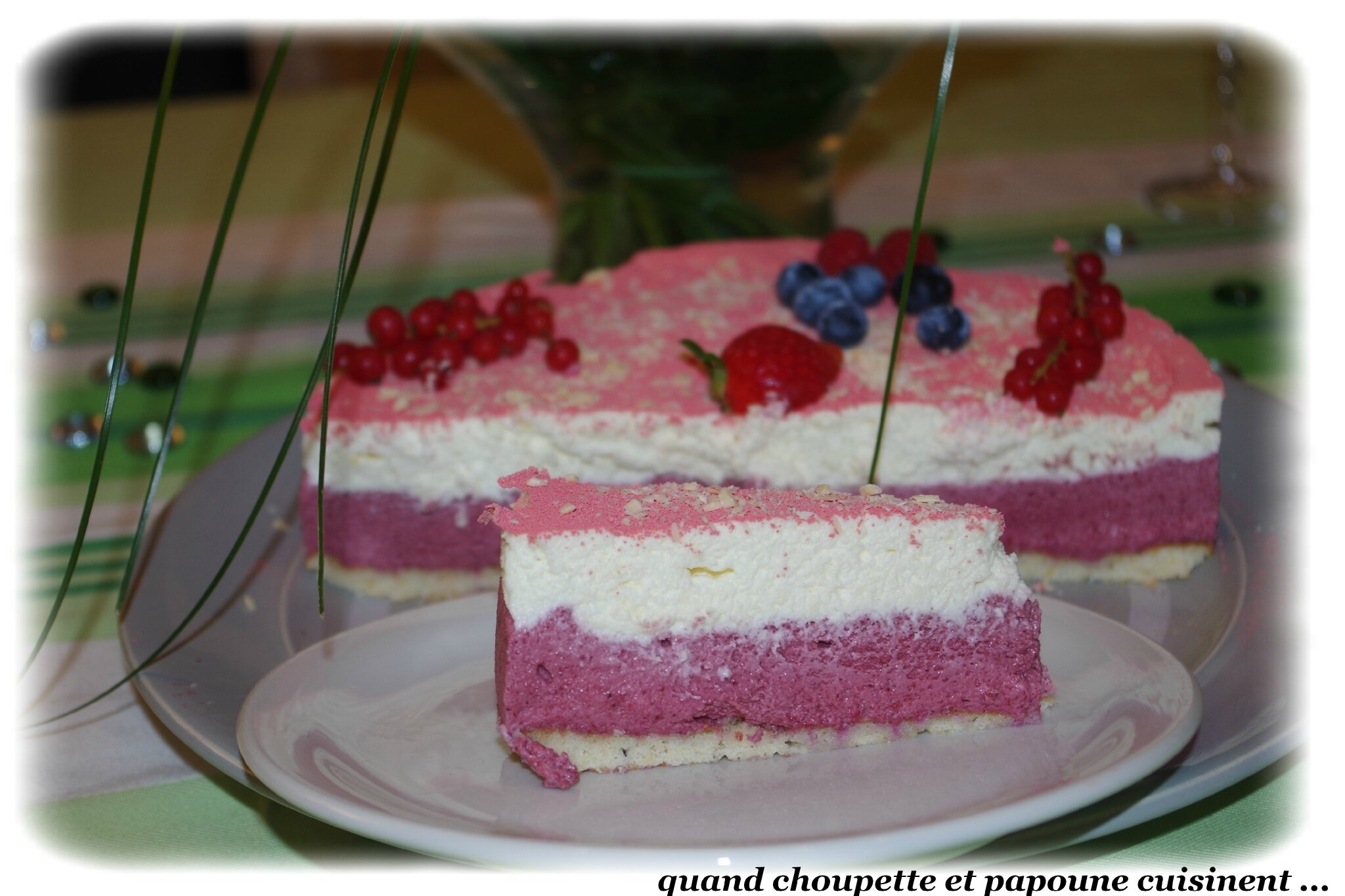 ENTREMET MOUSSE FRUITS ROUGES, MOUSSE CHOCOLAT BLANC SUR UNE DACQUOISE AMANDE