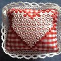coussin broderie suisse Mad