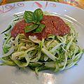 Spaghettis de courgette crus et sa sauce tomate crue au basilic et à l ail