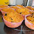 Muffins salés aux flocons d'avoine, parmesan, olives noires et coulis de tomates