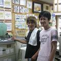 Deux amis japonais qui ont un magasin de photos