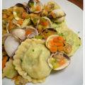 Raviolis de poisson blanc, petits légumes et coques au safran