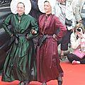 deux boulonaises en goguette, celle de droite porte la chaine barilléé trés longue