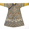 Robe d'été en gaze impériale brodée au point compté, jifu, Chine, Dynastie Qing, fin de l'<b>époque</b> <b>Qianlong</b>