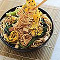 Nouilles chinoises, choi sum, omelette au sesame et tofu fumé