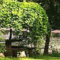 Une table avec un banc circulaire au bord du Loiret