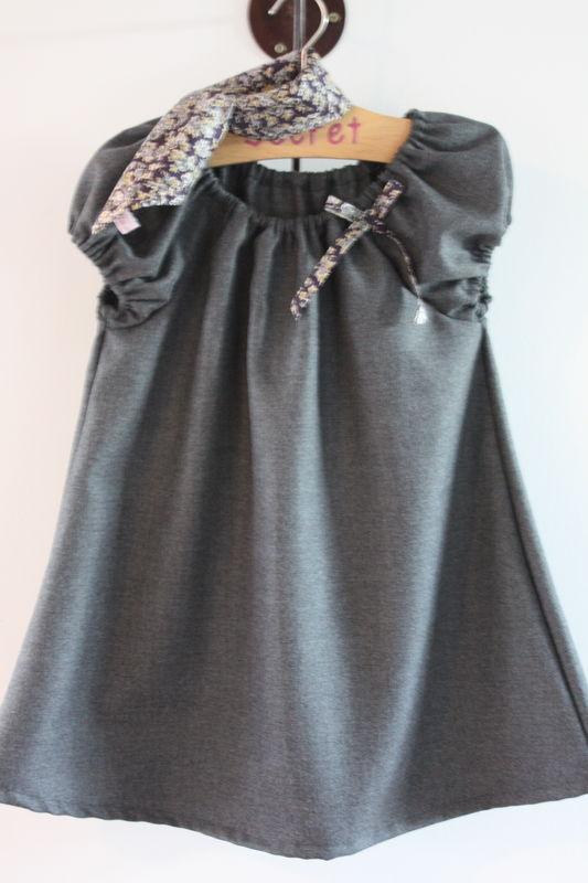 petite robe en lainage grise et son carré en liberty