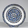 Grand plat aux palmettes. iran, kirman ou maschad, 17e siècle