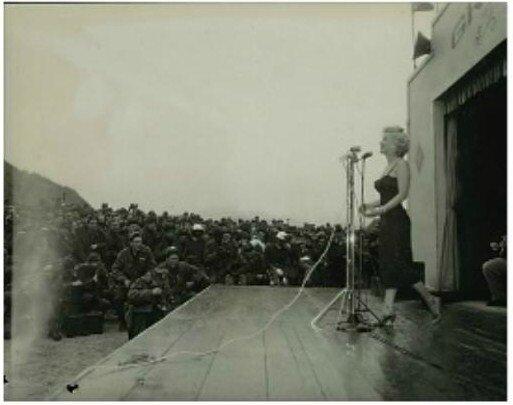 1954-02-17-korea-grenadier_palace-stage-022-2