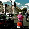 Scène de rue sur la place de Clichy.