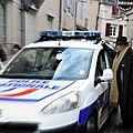 accrochage avec la police lors de la dédicace rue des boucheries. Tout se terminera bien avec des chansons