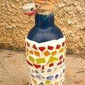 Une bouteille recouverte de mosaïque (réalisée par Mathilde, 11 ans, à l'atelier d'art plastique du collège)