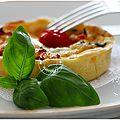 Quiche aux 3 fromages: morbier, comté, emmental, jambon, tomates cerise et basilic....