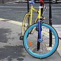 vélo coloré, voiture bleue_7158