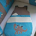turbulette gigoteuse douillette pétrole canard beige camel dinosaure étiquettes - décoration chambre bébé dinosaure pétrole canard camel marron beige