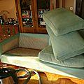 Chasse aux miettes et poussières : le canapé