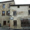 maisons anciennes et plaque Michelin à Yronde