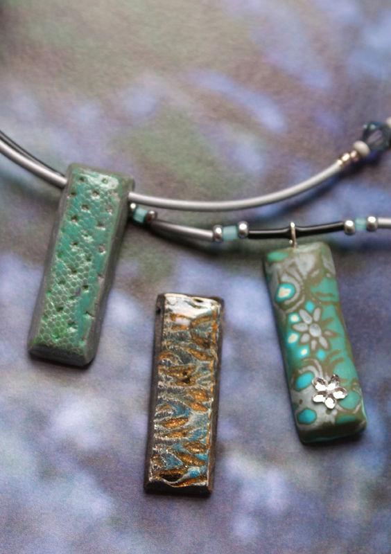 Collection très mini Tesselles déclinées en collier tons bleus