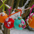 jolies boules colorées en tissu pour décorer le sapin ...