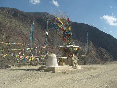 Stupa et drapeaux a priere