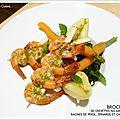 Brochette de gambas au jus d'herbes, racine de persil, epinards et carottes fanes !