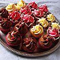 Cupcakes chocolat blanc ou rose ou nutella ? un de chaque avec des framboises en invitées surprises !