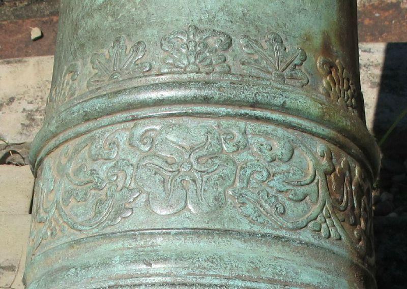 15. Frises sur le canonhollandais à décor de lotus, Musée de Hue
