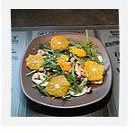 Salade de roquette à l'orange, champignons et noisettes