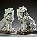 Paire de lions en <b>terre</b> <b>cuite</b>, <b>émaillée</b> blanc. Fin du XVIIIe siècle